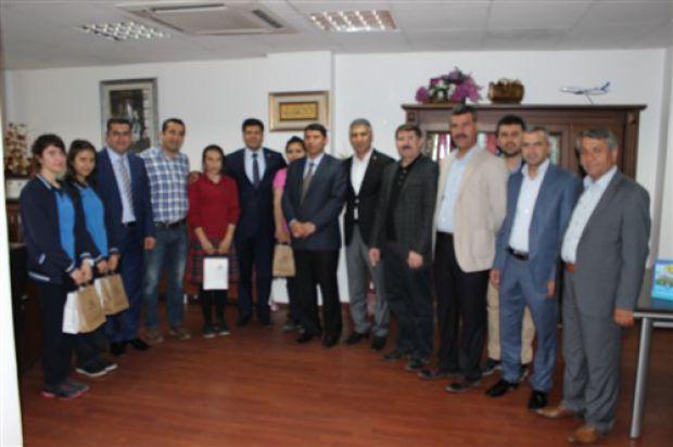 Yönetim Kurulu Başkanımız Sayın Süleyman ÇAĞLI, hazırladıkları projlerle Türkiye Bilimsel ve Teknolojik Araştırma Kurumu'nun (TÜBİTAK) düzenlediği 46. orta öğretim öğrencileri araştırma projeleri yarışmasında bölge birincisi Cizre Fen Lisesi ve bölge ikincisi olan Cizre Merkez Anadolu Lisesi öğrencilerini ödüllendirdi.